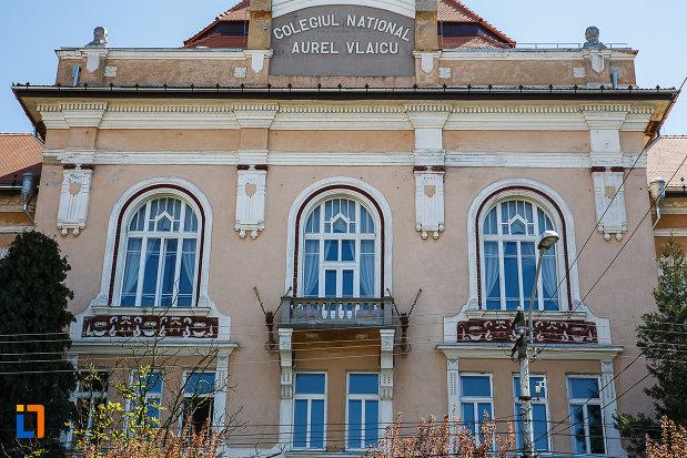 liceul-kun-azi-colegiul-national-aurel-vlaicu-din-orastie-judetul-hunedoara-ferestre-de-la-etaj.jpg