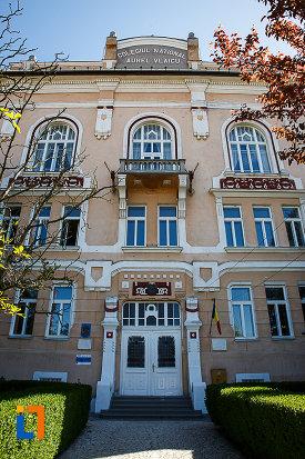 liceul-kun-azi-colegiul-national-aurel-vlaicu-din-orastie-judetul-hunedoara-poza-cu-intrarea-in-cladire.jpg
