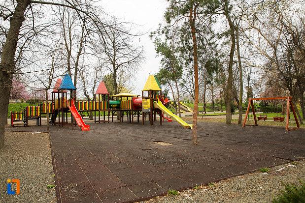 loc-de-joaca-din-parcul-copiilor-din-arad-judetul-arad.jpg