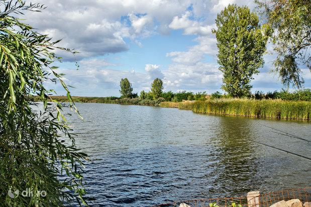 loc-de-pescuit-la-lacul-ianculesti-judetul-satu-mare.jpg