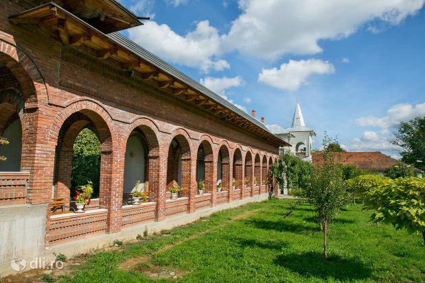 loc-de-rugaciune-manastirea-sfintii-apostoli-petru-si-pavel-din-bixad-judetul-satu-mare.jpg