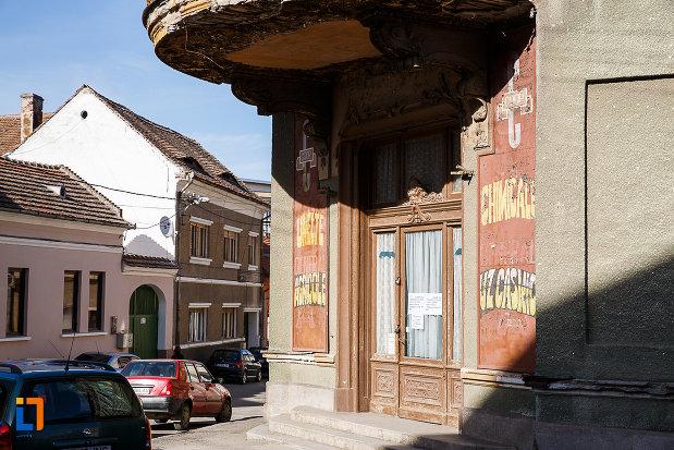 magazinul-vulcu-din-orastie-judetul-hunedoara-imagine-cu-usa-principala.jpg