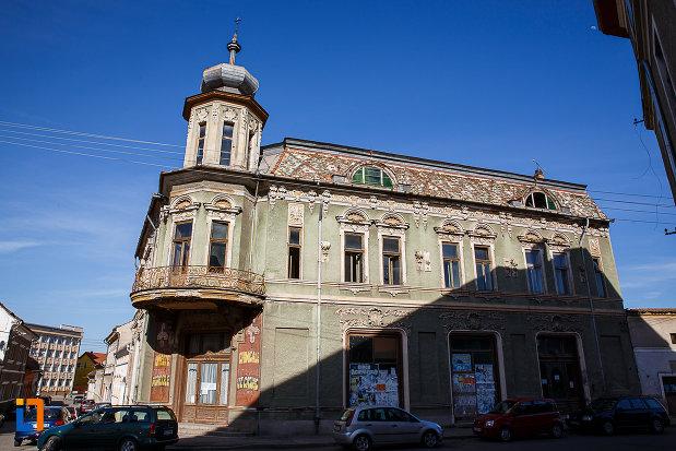 magazinul-vulcu-din-orastie-judetul-hunedoara-una-dintre-fatadele-laterale.jpg
