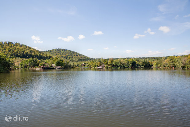 mal-indepartat-al-lacului-mujdeni-judetul-satu-mare.jpg