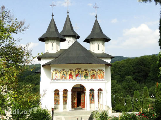 manastire-din-moldova.jpg
