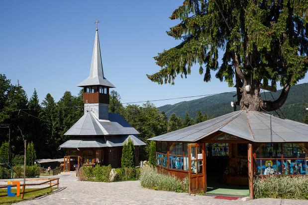 manastirea-caraiman-din-busteni-judetul-prahova-biserica-din-lemn.jpg