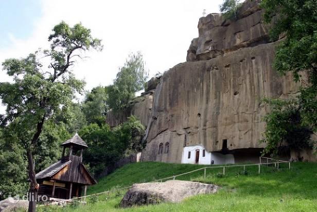manastirea-corbii-de-piatra.jpg