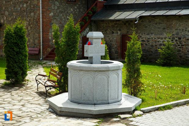 manastirea-cornetu-din-calinesti-judetul-valcea-cruce-aflata-in-curte.jpg