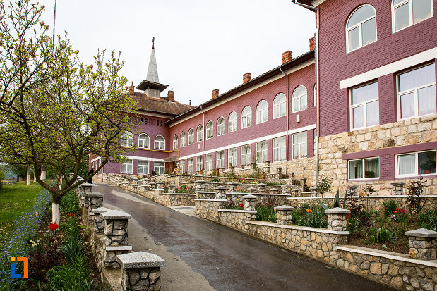 manastirea-godinova-din-bocsa-judetul-caras-severin-vazuta-din-lateral.jpg