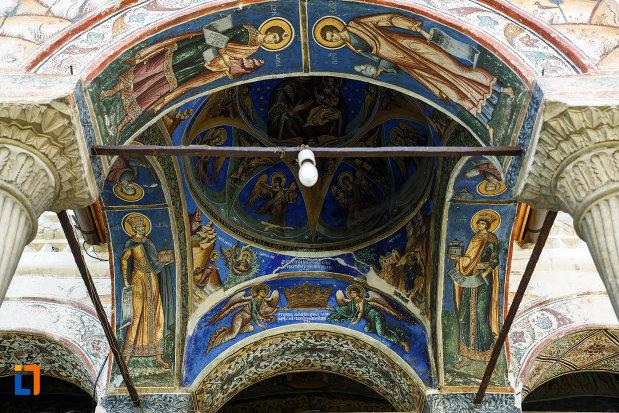 manastirea-hurezi-din-horezu-judetul-valcea-cupola-cu-picturi-religioase.jpg