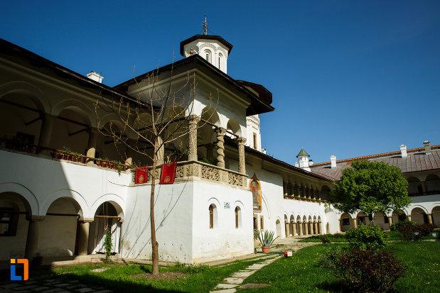 manastirea-hurezi-din-horezu-judetul-valcea-fotografie-cu-una-dintre-cladiri.jpg