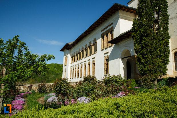 manastirea-hurezi-din-horezu-judetul-valcea-gradina-cu-flori.jpg
