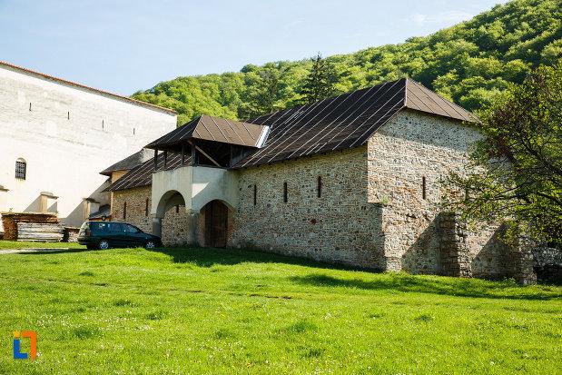 manastirea-hurezi-din-horezu-judetul-valcea-imagine-cu-cladire-aflata-in-curte.jpg