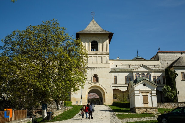 manastirea-hurezi-din-horezu-judetul-valcea-imagine-cu-turnul-principal.jpg