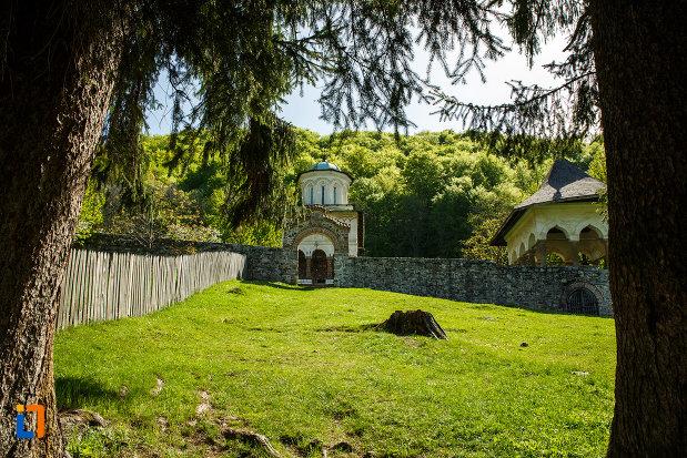 manastirea-hurezi-din-horezu-judetul-valcea-imagine-din-curte.jpg