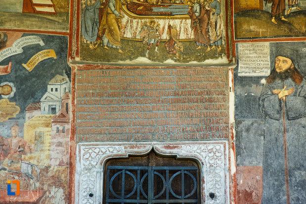 manastirea-hurezi-din-horezu-judetul-valcea-mesaj-religios-situat-la-intrarea-in-biserica.jpg