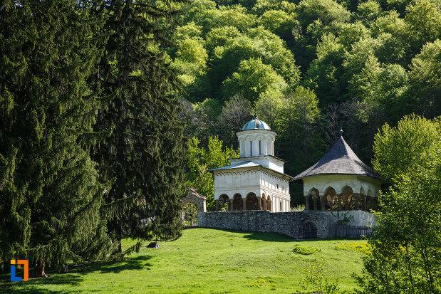 manastirea-hurezi-din-horezu-judetul-valcea-pozata-de-la-distanta.jpg