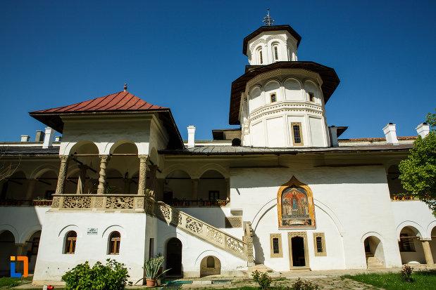 manastirea-hurezi-din-horezu-judetul-valcea-scara-si-terasa-cu-detalii-deosebite.jpg