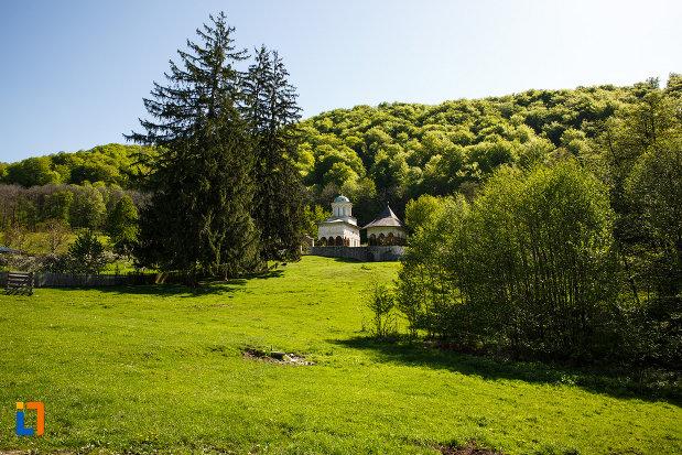 manastirea-hurezi-din-horezu-judetul-valcea-situata-intr-un-peisaj-mirific.jpg