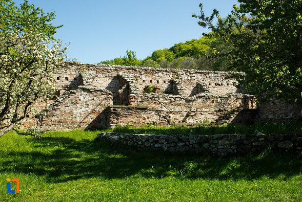 manastirea-hurezi-din-horezu-judetul-valcea-zid-ridicat-din-piatra.jpg