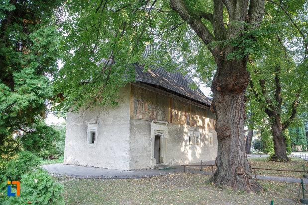 manastirea-sf-ioan-cel-nou-din-suceava-judetul-suceava-vazuta-din-curtea-sa.jpg