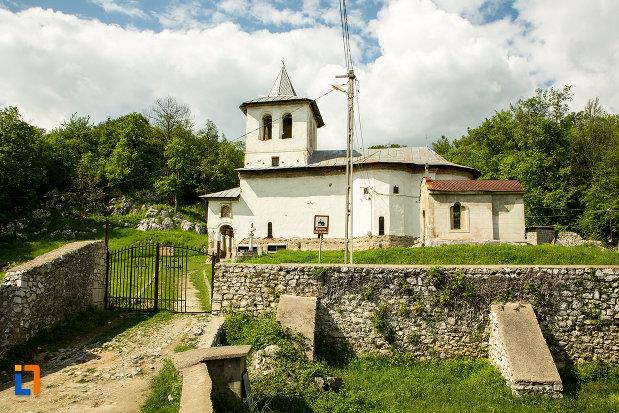manastirea-sf-voievozi-din-baia-de-arama-judetul-mehedinti-vazuta-din-lateral.jpg