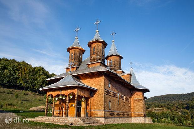manastirea-sfanta-treime-din-moiseni-judetul-satu-mare-vedere-din-lateral-fata.jpg