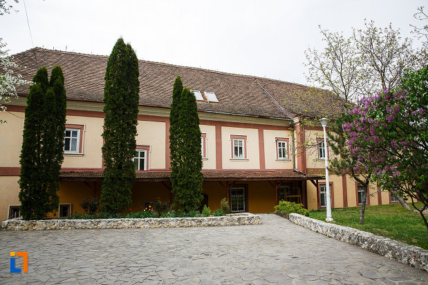 manastirea-si-biserica-franciscana-din-deva-judetul-hunedoara-curtea-interioara.jpg