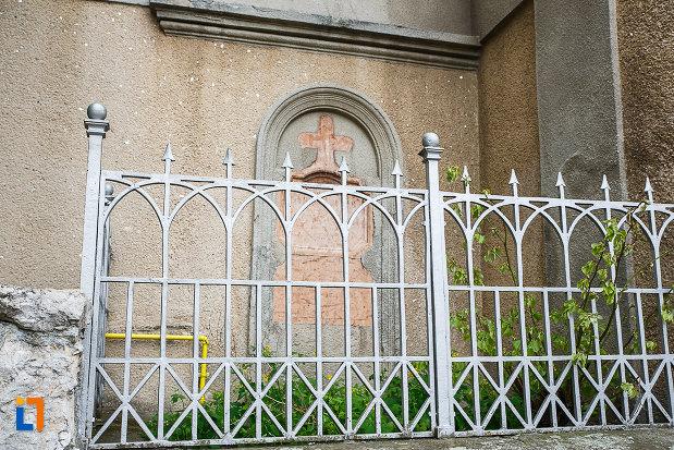 manastirea-si-biserica-franciscana-din-deva-judetul-hunedoara-gard-si-cruce-exterioara.jpg