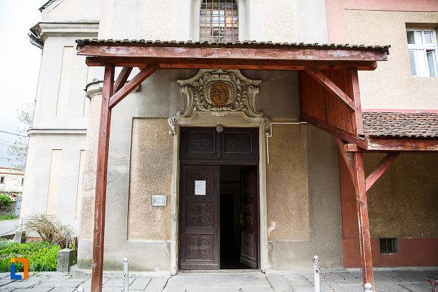 manastirea-si-biserica-franciscana-din-deva-judetul-hunedoara-intrarea-in-biserica.jpg