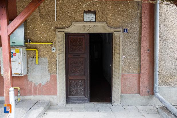 manastirea-si-biserica-franciscana-din-deva-judetul-hunedoara-intrarea-in-manastire.jpg