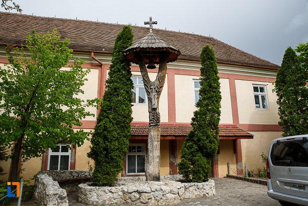 manastirea-si-biserica-franciscana-din-deva-judetul-hunedoara-sculptura-in-lemn.jpg