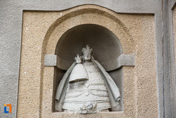 manastirea-si-biserica-franciscana-din-deva-judetul-hunedoara-statui.jpg