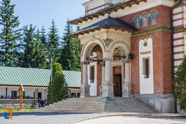 manastirea-sinaia-judetul-prahova-intrarea-in-biserica.jpg