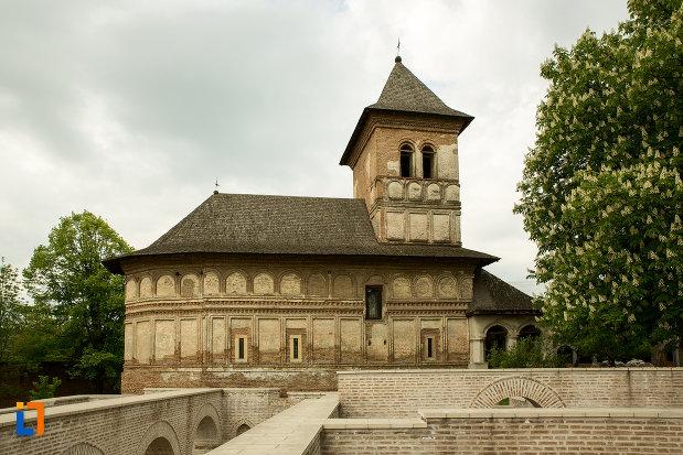 manastirea-strehaia-judetul-mehedinti-vazuta-din-lateral.jpg