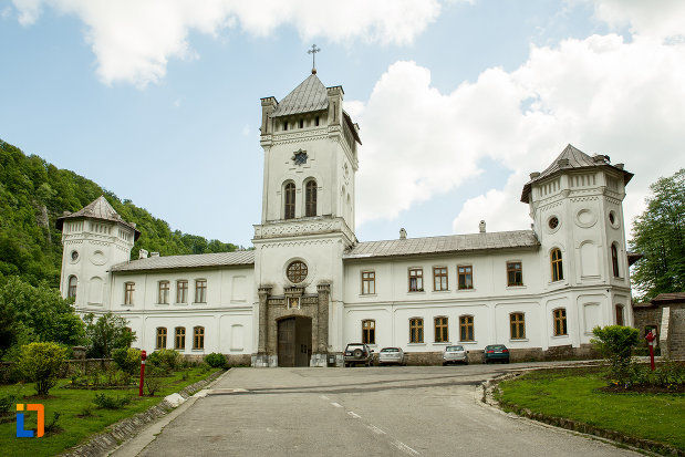 manastirea-tismana-judetul-gorj.jpg