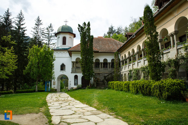 manastirea-turnu-din-pausa-judetul-valcea-curtea-cu-alee-pavata-cu-piatra.jpg