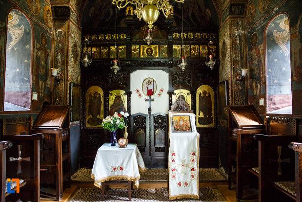 manastirea-turnu-din-pausa-judetul-valcea-iconostasuri-si-altarul-din-biserica.jpg