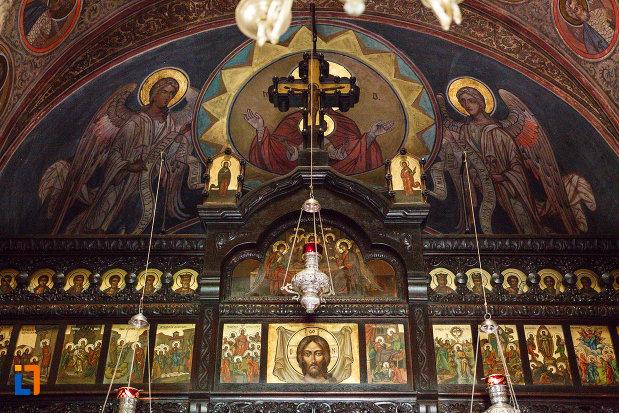 manastirea-turnu-din-pausa-judetul-valcea-imagine-cu-partea-de-sus-a-altarului.jpg