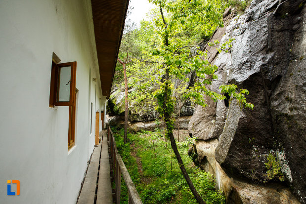 manastirea-turnu-din-pausa-judetul-valcea-imagine-cu-sirul-de-chilii-sapate-in-piatra.jpg