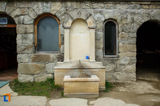 manastirea-turnu-din-pausa-judetul-valcea-sursa-de-apa.jpg