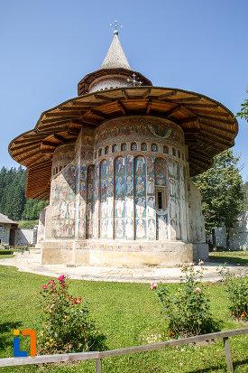 manastirea-voronet-judetul-suceava-vazuta-din-spate.jpg