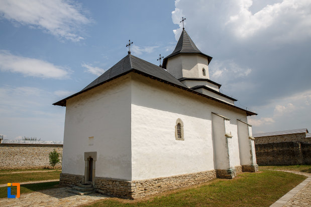 manastirea-zamca-biserica-sfantul-auxentie-1551-din-suceava-judetul-suceava-vazuta-din-spate.jpg