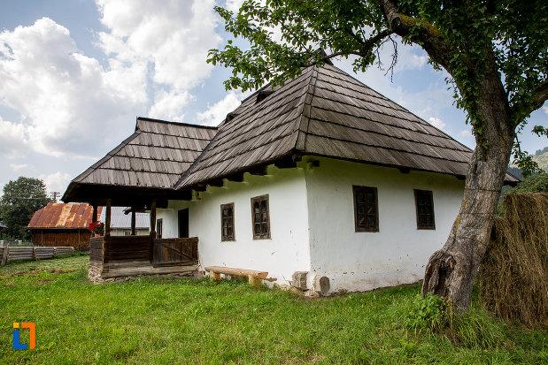mar-si-bancuta-aflate-langa-casa-de-lemn-petru-cracana-din-campulung-moldovenesc-judetul-suceava.jpg