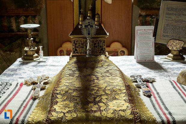 masa-cu-obiecte-preotesti-din-biserica-adormirea-maicii-domnului-din-draganesti-olt-judetul-olt.jpg