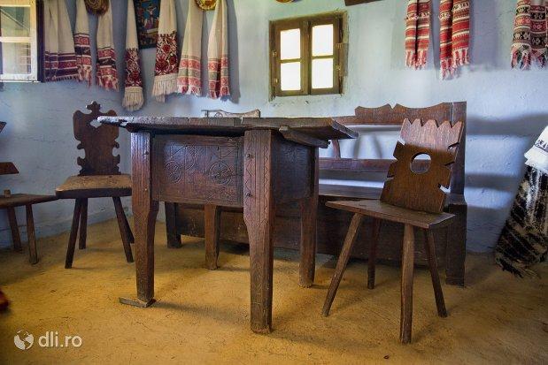 masa-si-scaune-muzeul-satului-osenesc-din-negresti-oas-judetul-satu-mare.jpg