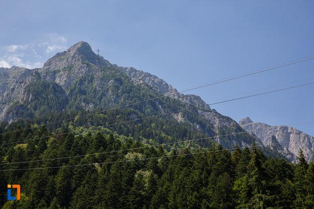 masivul-muntos-si-crucea-caraiman-din-parcul-natural-bucegi-vazut-din-busteni-judetul-prahova.jpg