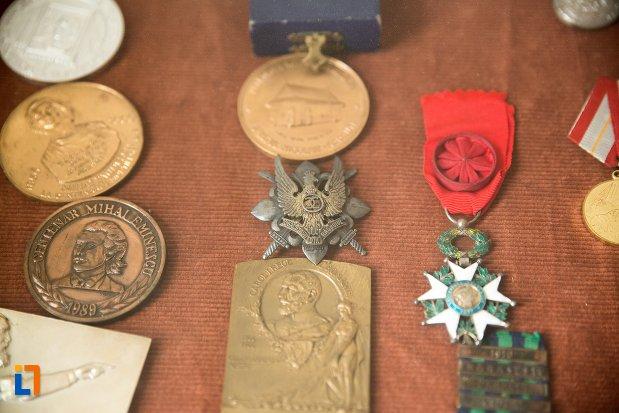 medalii-de-la-conacul-theodor-bals-azi-muzeul-nordului-din-darabani-judetul-botosani.jpg