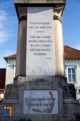 mesaj-comemorativ-de-pe-monumentul-eroilor-din-sacele-judetul-brasov.jpg