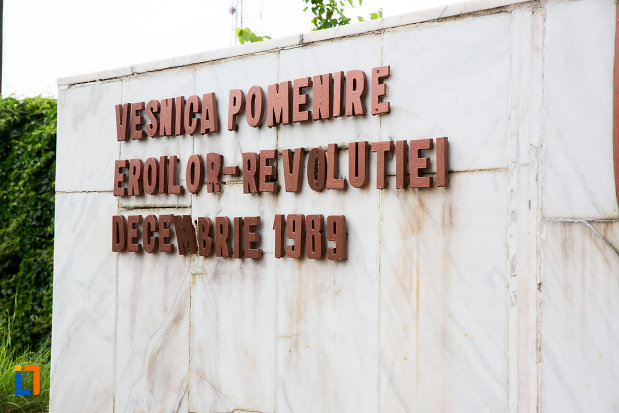 mesaj-de-pe-monument-eroilor-revolutiei-din-decembrie-1989-din-titu-judetul-dambovita.jpg